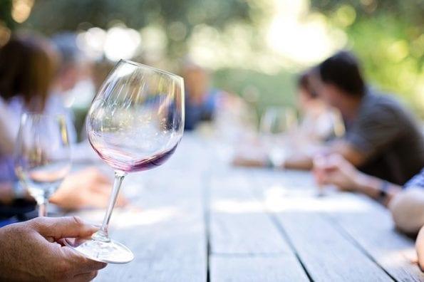 perchè gli italiani bevono vino a tavola